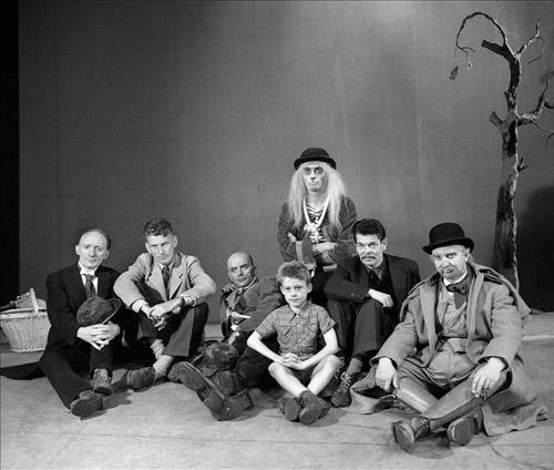 """""""En attendant Godot"""" de Samuel Beckett. Paris, théâtre Hébertot, juin 1956. De gauche à droite : Lucien Raimbourg, Samuel Beckett, Pierre Latour, Jean Martin, Roger Blin, Albert Rémy et le petit Didier Bouillon."""